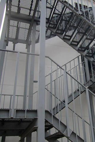 При сооружении лестниц и перил